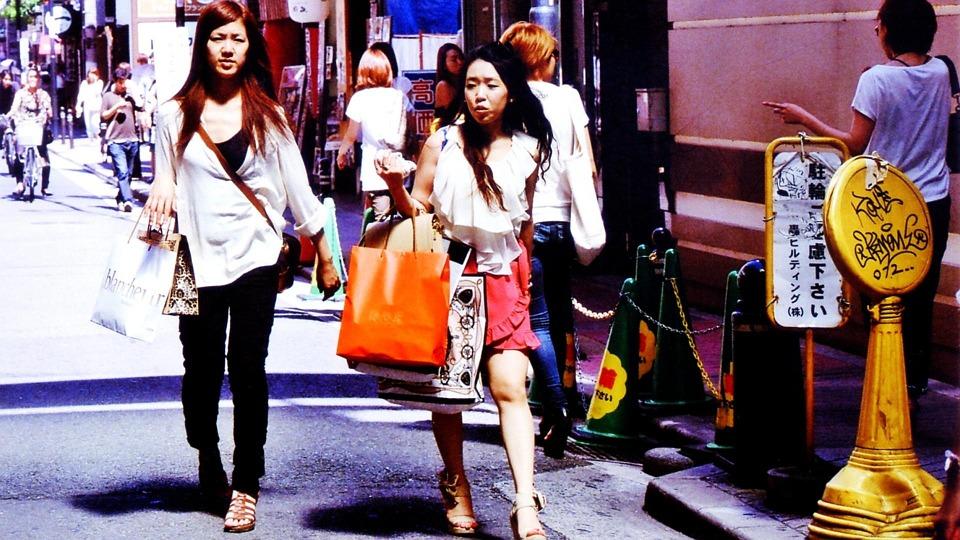 Donne giapponesi che camminano in una via di Osaka