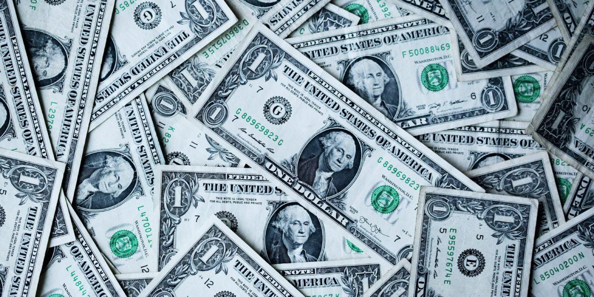 Dollari sparsi su un tavolo.