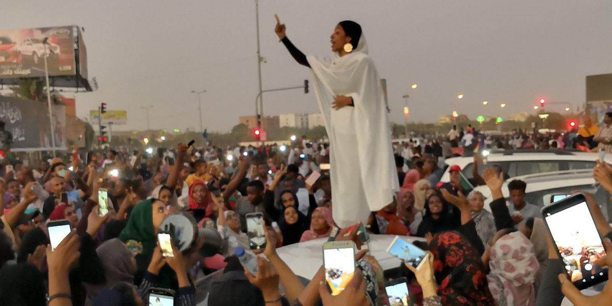Una donna sudanese in piedi su una macchina diventa il simbolo della rivoluzione in Sudan.