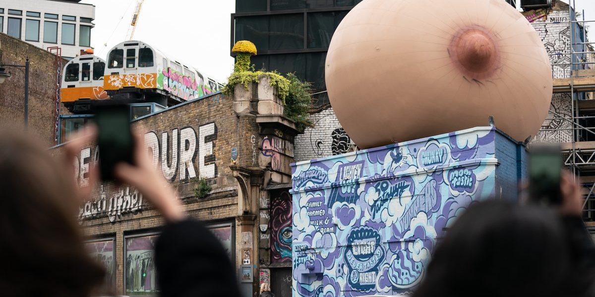 Un seno gigante a Londra per promuovere l'allattamento al seno.