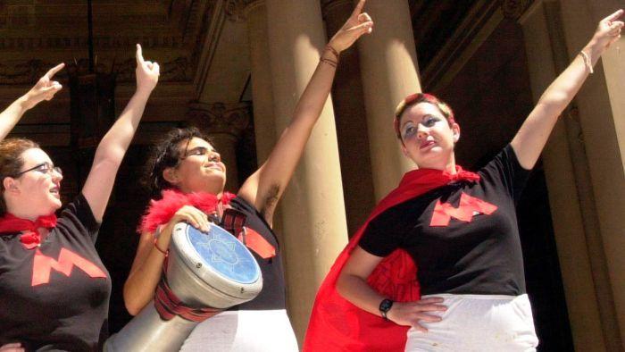 Donne australiane vestite da Avengers protestano contro la Tampon Tax.