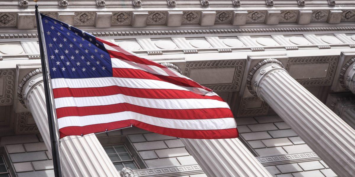 Uan bandiera americana sventola davanti ad un edificio a Washington D.C.