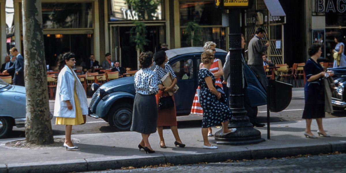 Donne in piedi per strada.