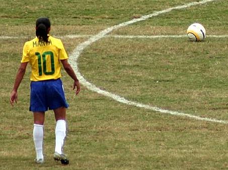 Marta, calciatrice braisliana, fotografata di schiena, con il numero 10 sulla maglietta