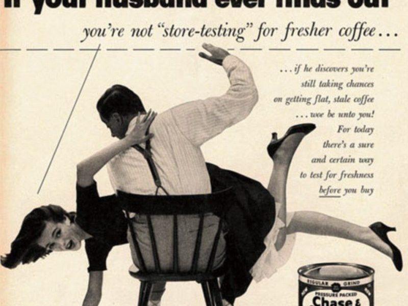 stereotipi di genere in pubblicità vintage: un uomo sculaccia sua moglie.