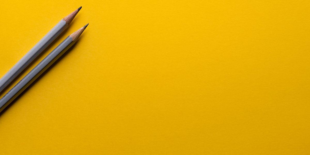 Due matite su sfondo giallo.