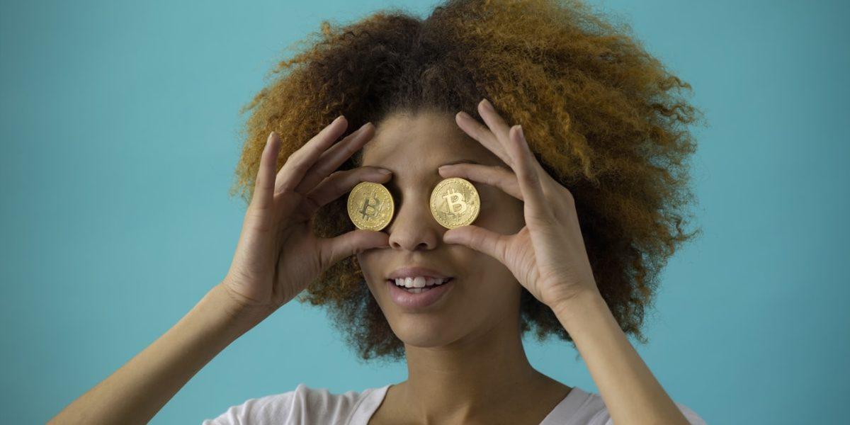 Una ragazza appoggia sugli occhi due monete.