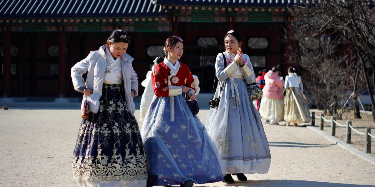 Donne coreane riprese davanti ad un edificio.