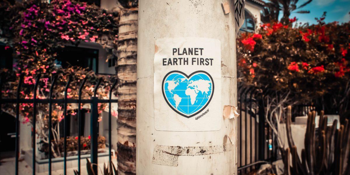 """Un manifesto recita: """"prima il pianeta terra""""."""