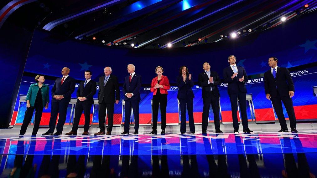 Elizabeth Warren e altri candidati alle primarie del partito democratico si confrontano in un dibattito.