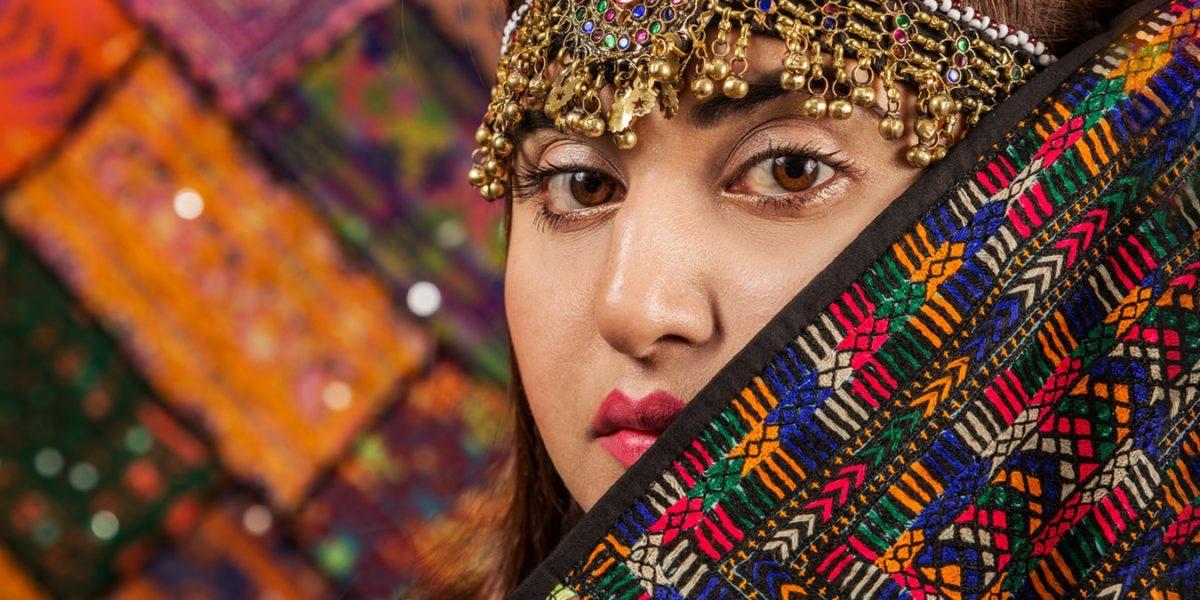 donna con costume pakistano