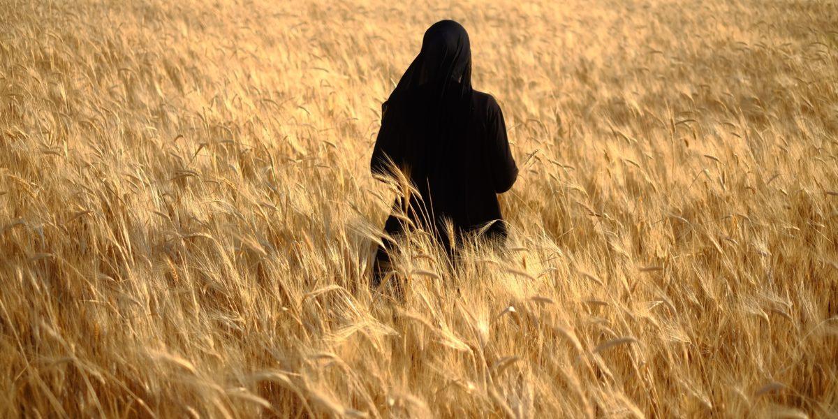Donna libanese in un campo.