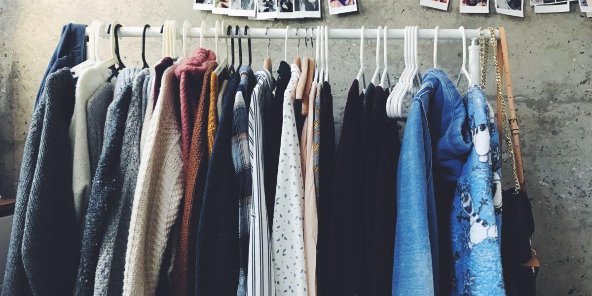 Serie di vestiti colorati appesi.