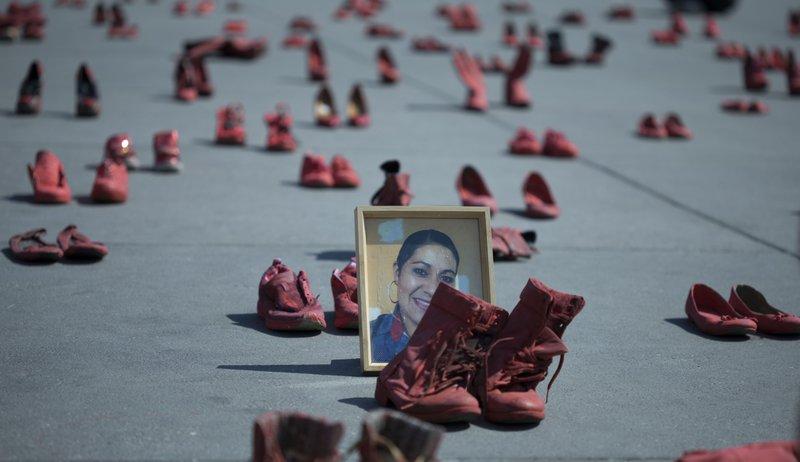 Scarpe rosse in piazza contro la violenza di genere.