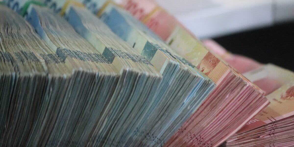 Mazzette di denaro impilate